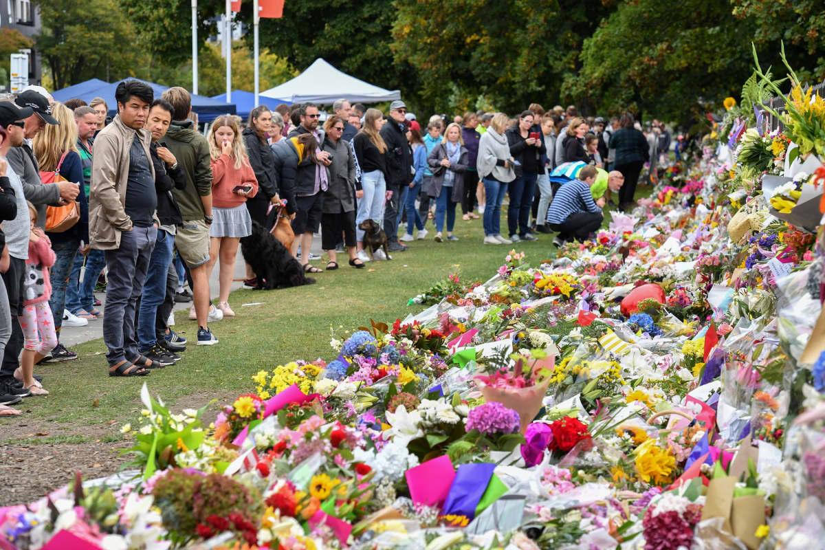 Christchurchin kasvitieteelliseen puutarhaan on noussut spontaani, kukista rakentunut muistomerkki Christchurchin iskujen uhreille.