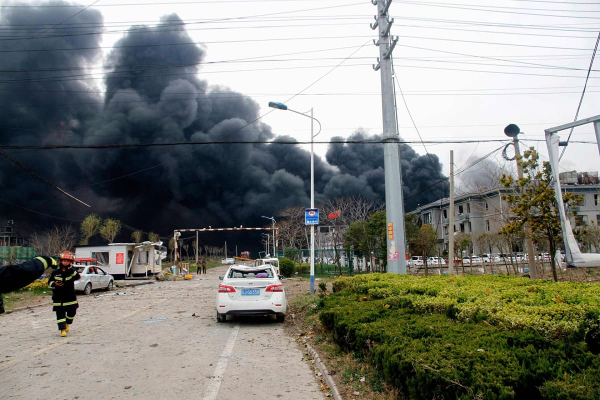 Savu nousi räjähtäneen tehtaan raunioista Kiinan Yangchengissä torstaina.