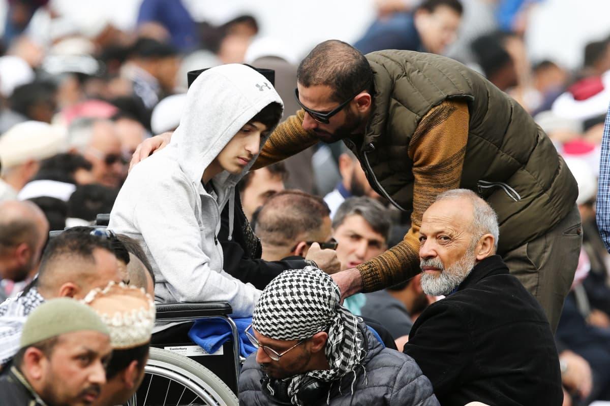 Isänsä ja veljensä iskussa menettänyt Zaid Mustafa osallistui Christchurchin uhrien muistotilaisuuteen.