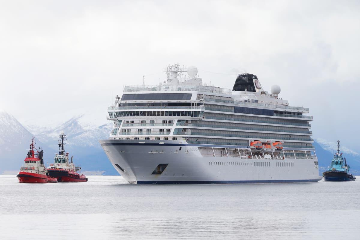 Viking Sky -risteilijää hinataan Molden satamaan.