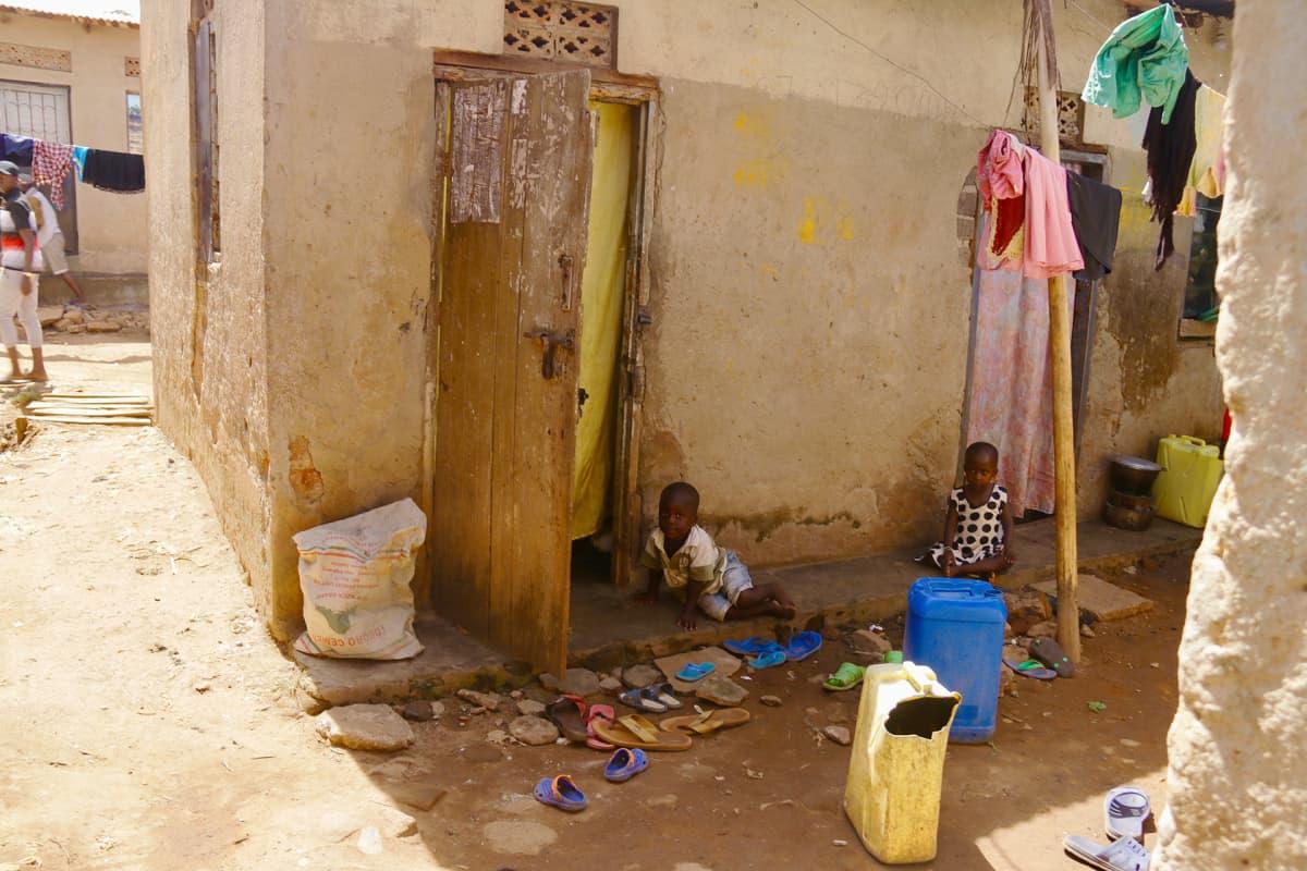 Lapsia leikkimässä talon edustalla.