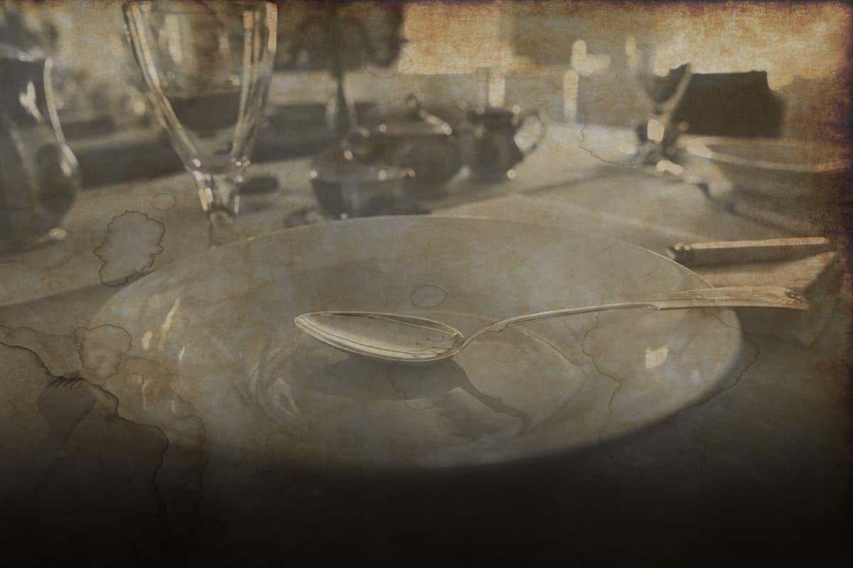 lautasia pöydällä