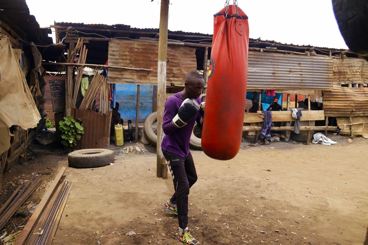 Nuori mies treenaa nyrkkeilyä.
