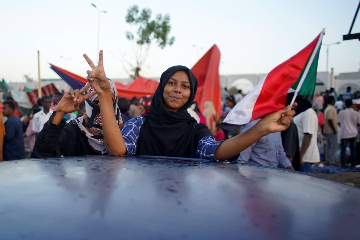 Armeijan päämajan edustalla Khartumissa osoitettiin mieltä myös lauantaina. Kuvassa nuori nainen.