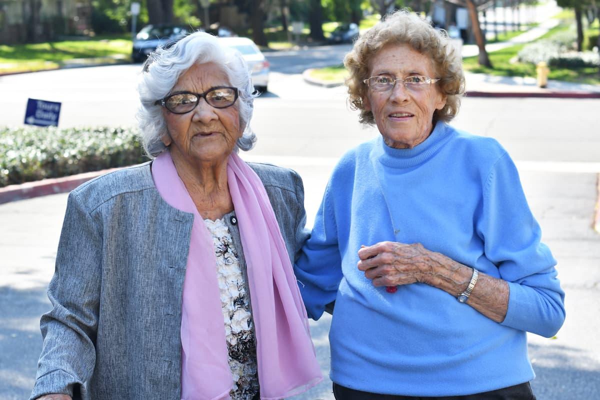 Olivia Luna ja Ingrid Nelson viihtyvät ikääntyvien Linda Valley Villa -yhteisössä.