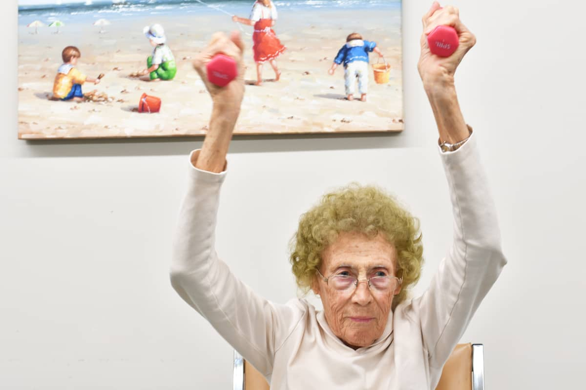Ingrid Nelsonin johtamaa aamuvoimistelua Linda Valley Villa -yhteisössä.