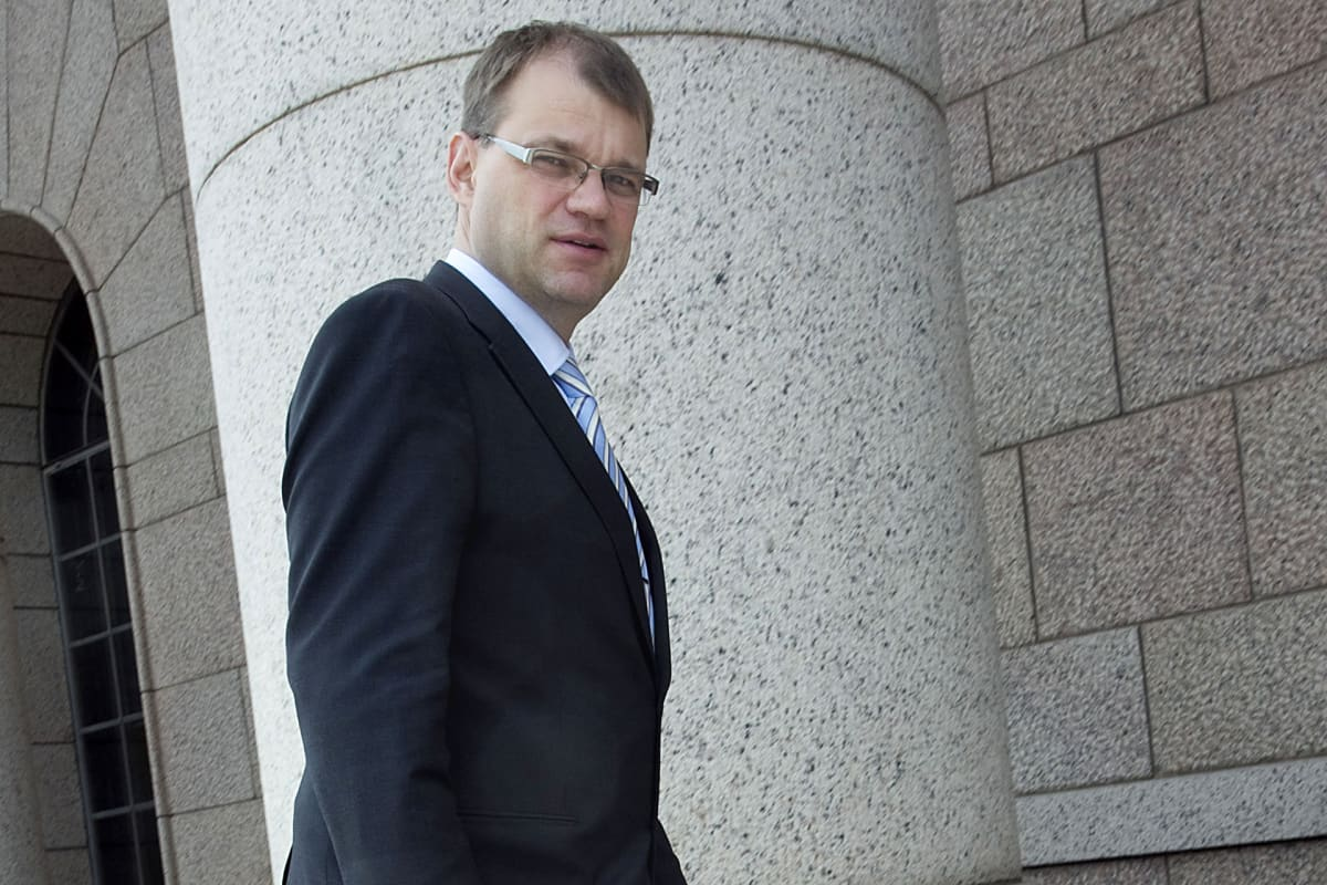 Juha Sipilä menossa uutena kansanedustajana eduskuntaan.