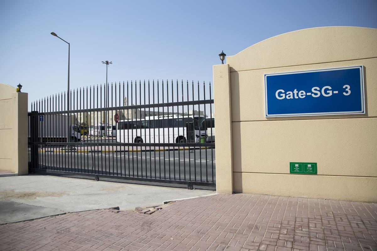 Dohan reunamilla sijaitseva siirtotyöntekijöiden kaupunginosa on tarkasti vartioitu.