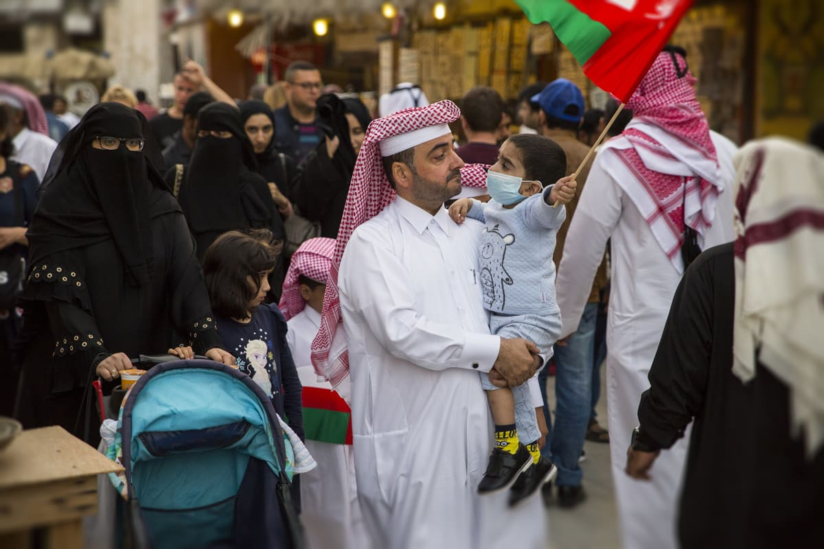 Qatarilaismiehet pukeutuvat perinteisesti valkoiseen, naiset mustaan.