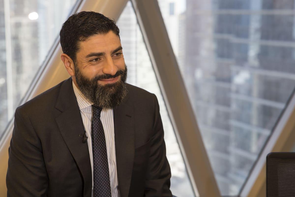 Qatarin MM-kisaorganisaation edustaja Mahmoud Qutub sanoo vastaavansa vähintään viikottain siirtotyöntekijöiden oloihin liittyviin kysymyksiin.