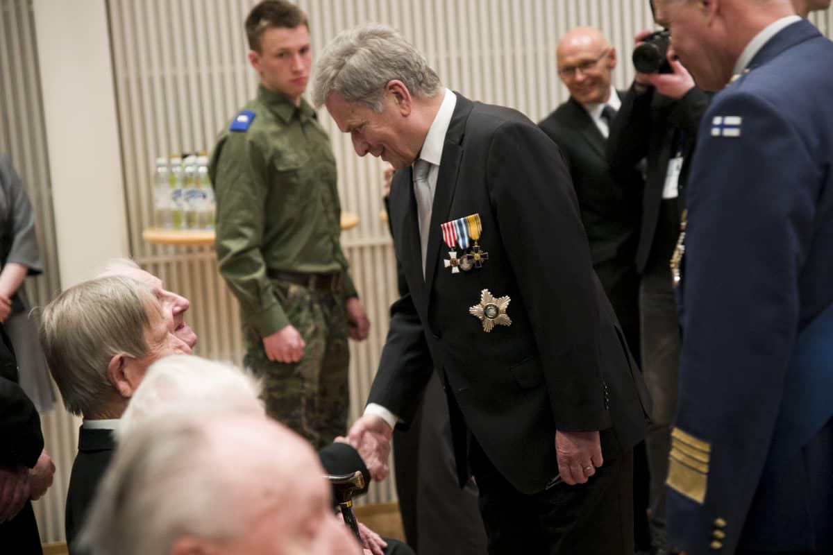 Tasavallan Presidentti Sauli Niinistö tervehtii veteraaneja Kansallisen veteraanipäivän juhlassa Kuopiossa 2019