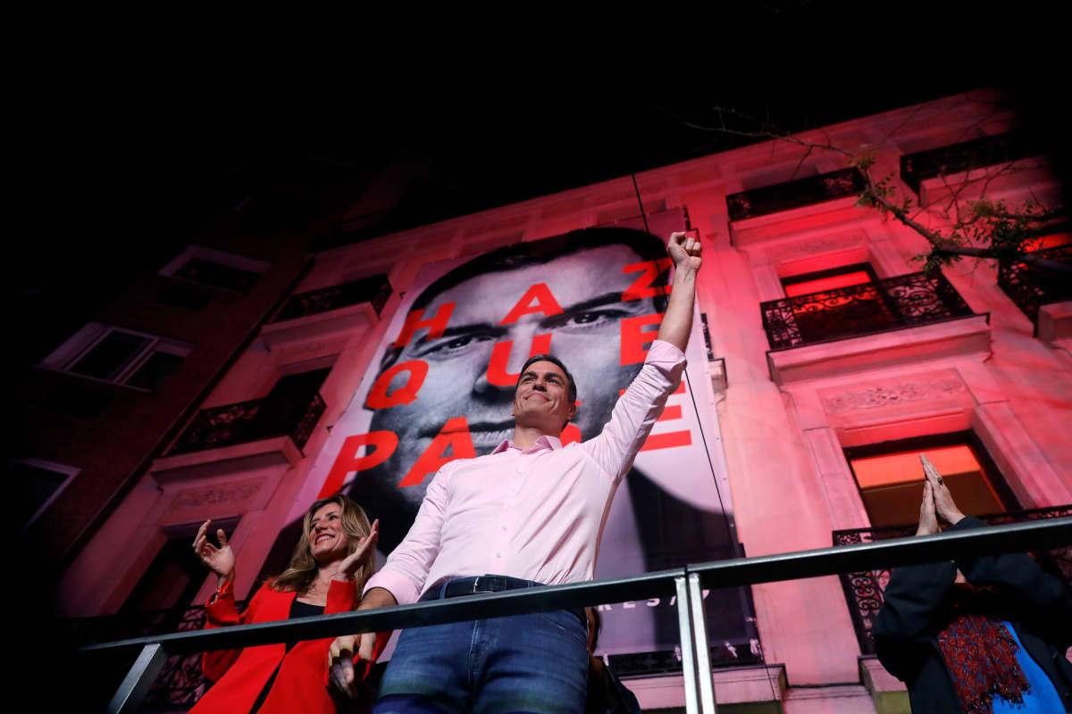 Sosialistipuolueen johtaja Pedro Sánchez juhli vaalivoittoa Madridissa sunnuntaina.