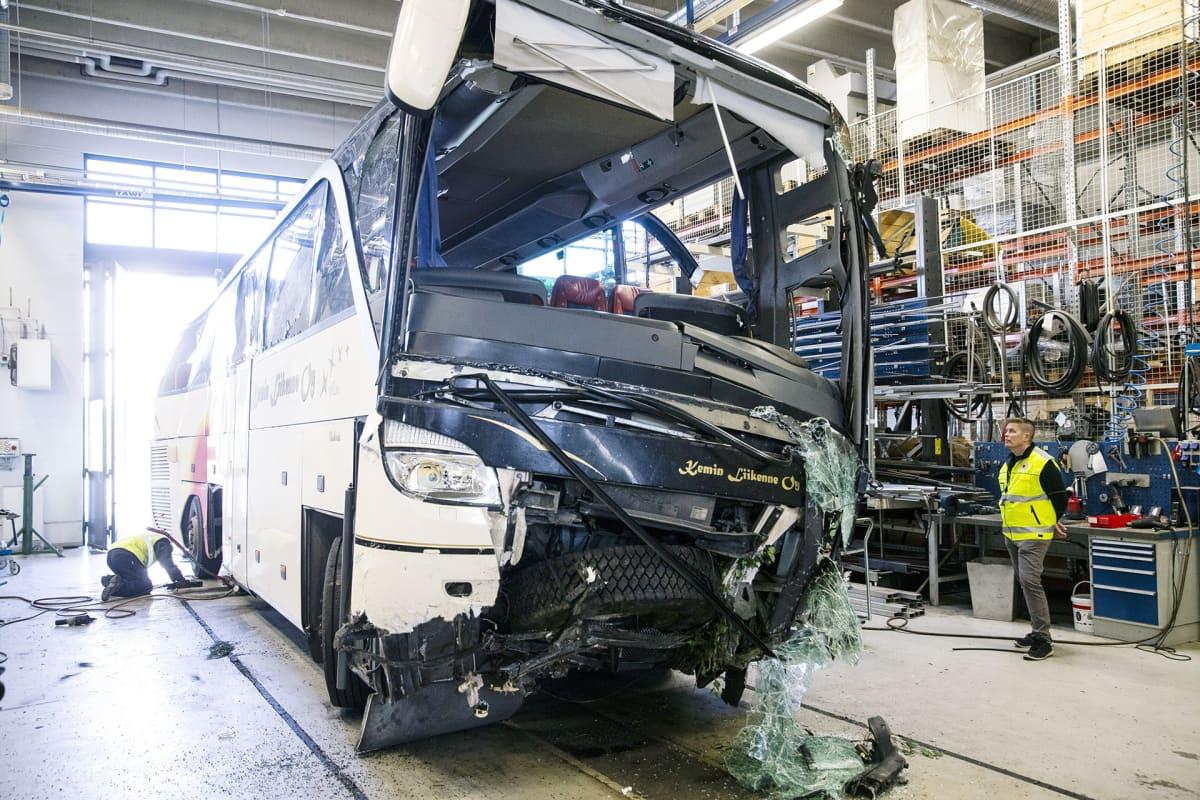 Onnettomuustutkintakeskuksen tutkijat työskentelevät bussivarikolla.