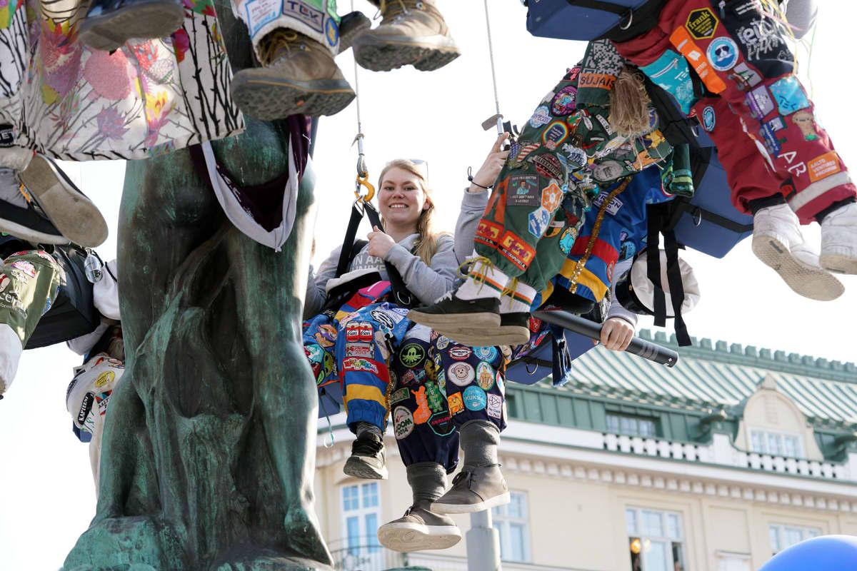 Opiskelijat pesevät Hamis Amandan patsasta Helsingissä.