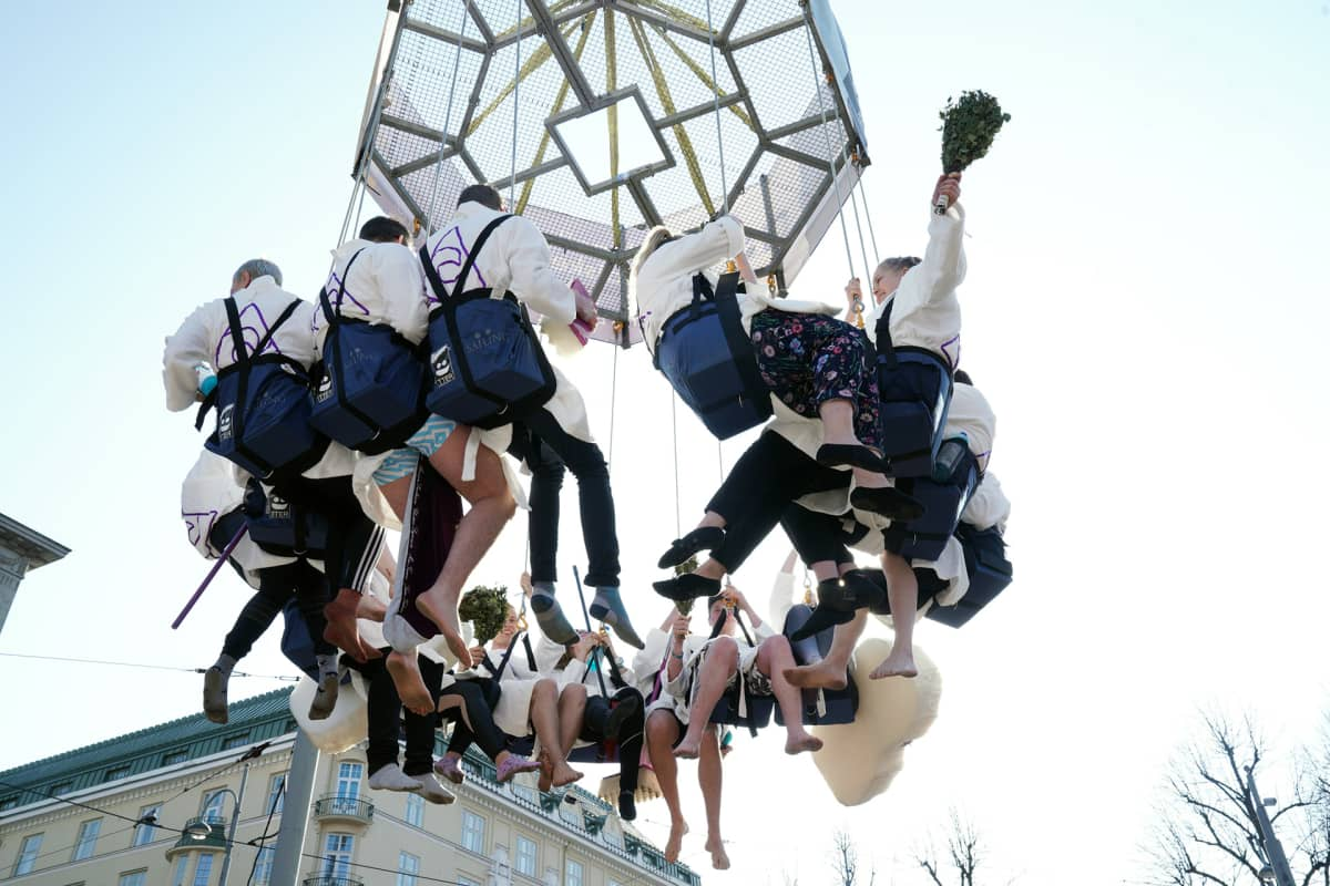 Opiskelijat juhlivat Havis Amandan patsaalla Helsingissä.