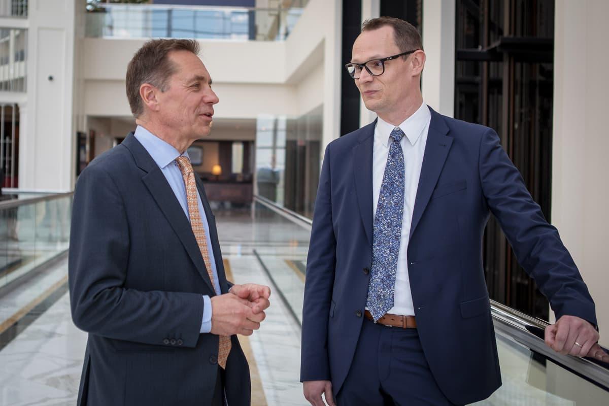 Wärtsilän johtaja Kari Hietanen ja ABB:n myyntipäällikkö Ilmari Ackley