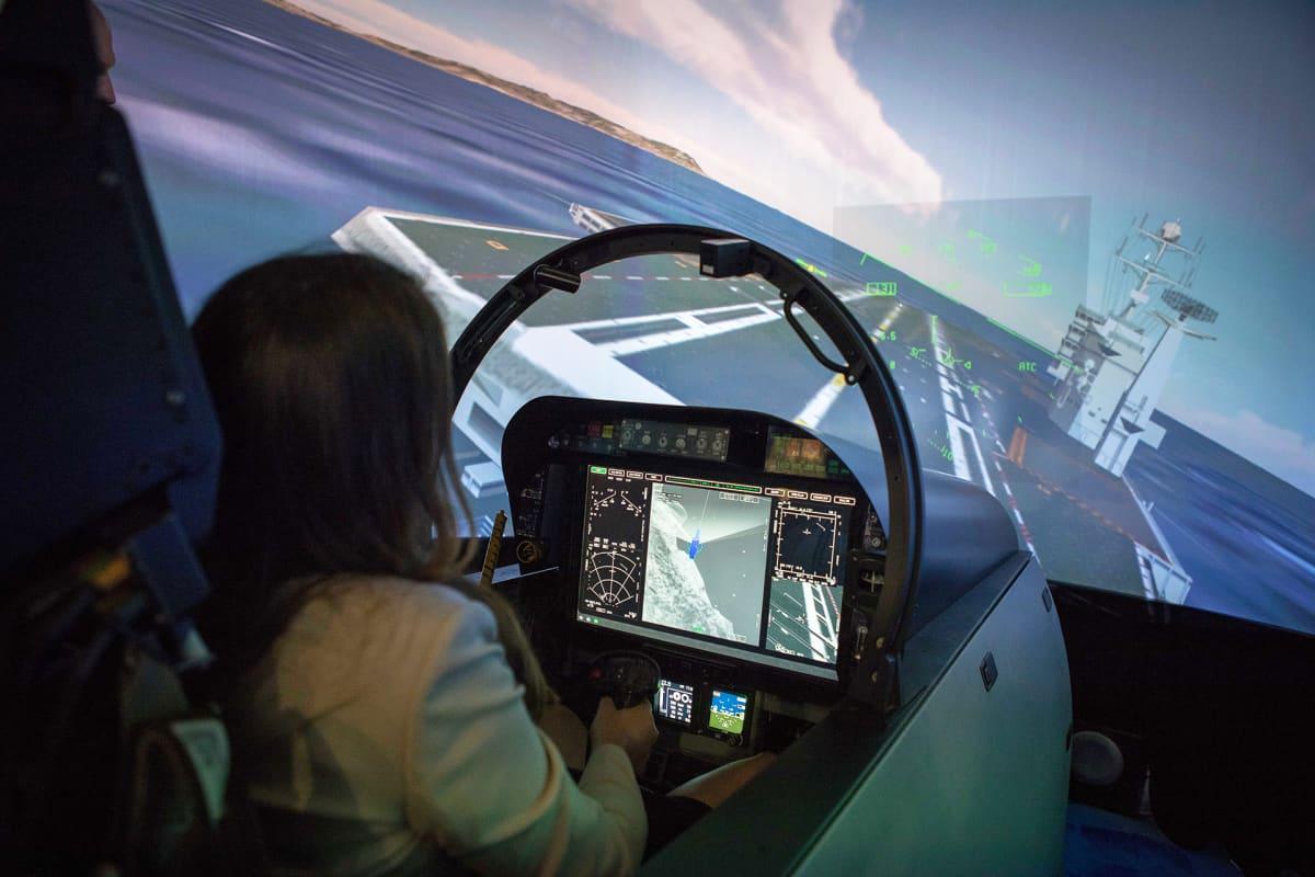 Boeing esittelee messuyleisölle hävittäjiään simulaattorin avulla.