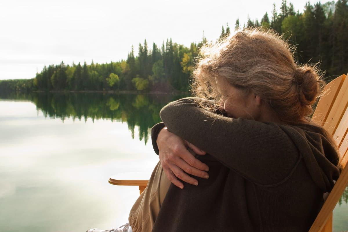 Nainen katselee järvelle