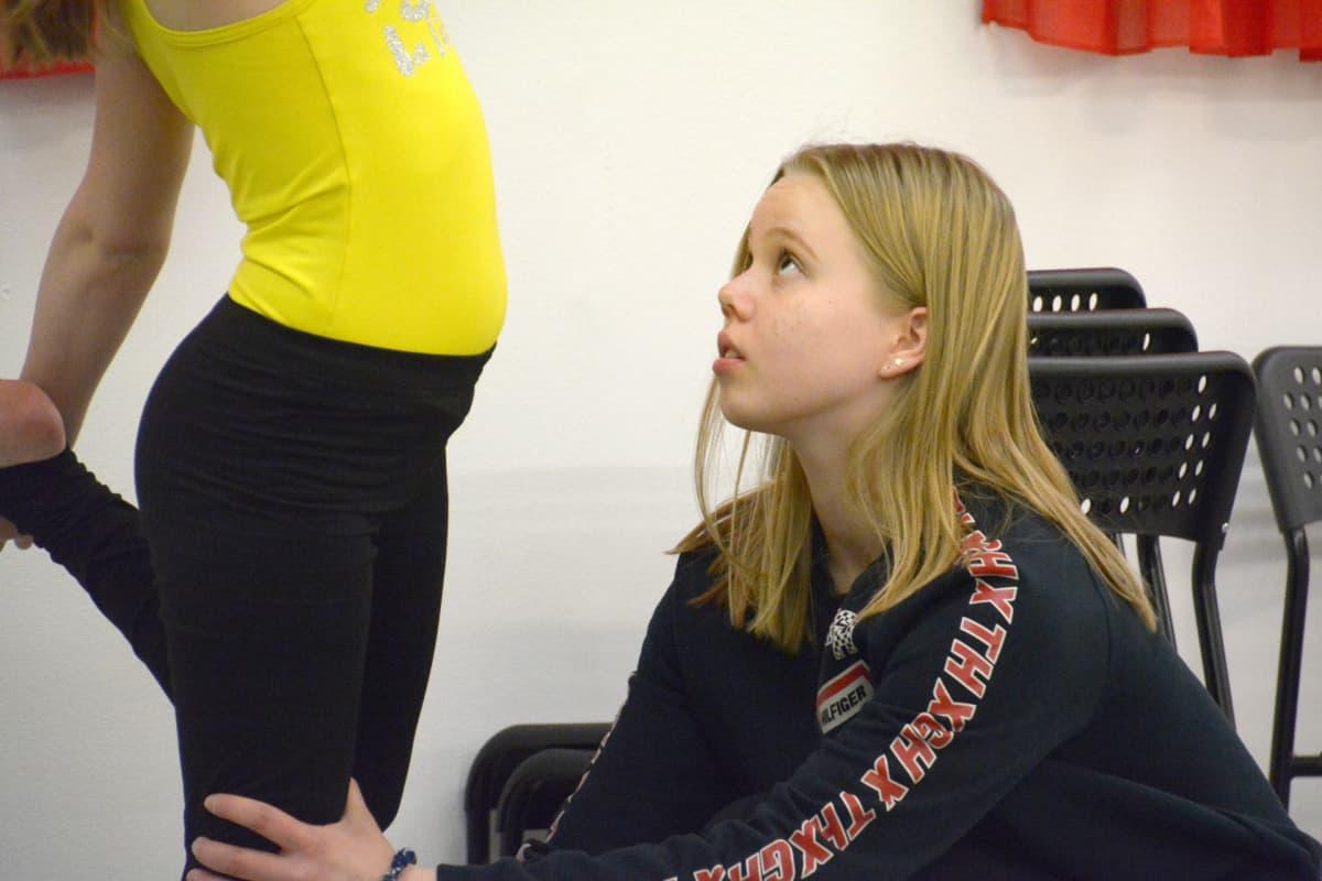 Siiri Siimes ohjaa Kemin Innon voimistelunuoria harjoituksissa.