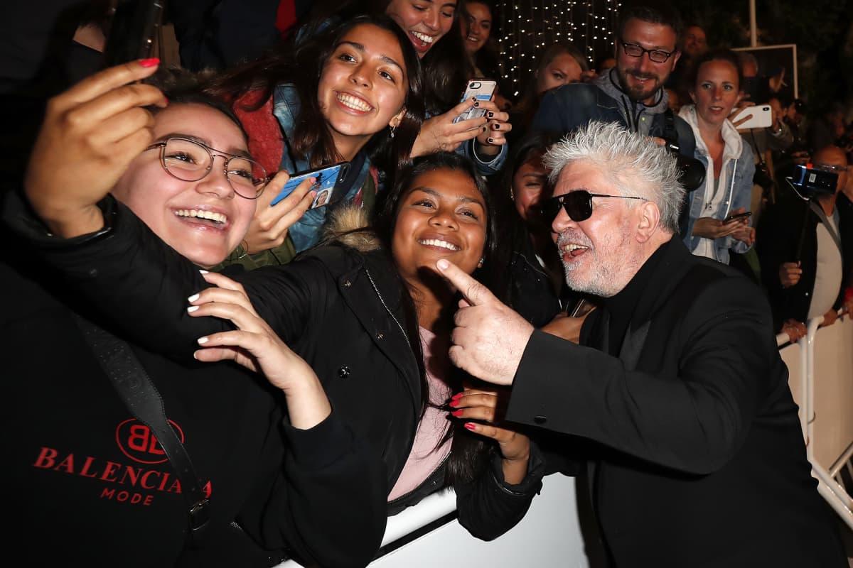 Pedro Almodovar poseeraa faniensa kanssa poistuessaan Pain and Glory -elokuvan näytöksestä 17. toukokuuta.