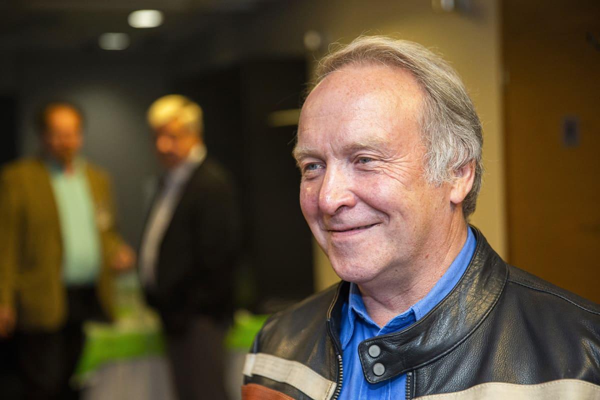 Perussuomalaisten ehdokas Teuvo Hakkarainen omissa europarlamenttivaalien vaalivalvojaisissaan Jyväskylässä.