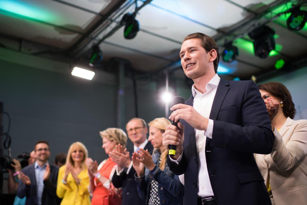 Liittokanleri Sebastian Kurz puhui sunnuntai-iltana kannattajilleen vaalivalvojaisissa Wienissä.