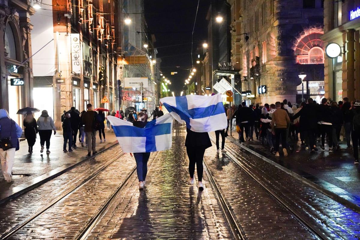 Suomalaiset valuvat Aleksanterinkatua pitkin kohti toria juhlimaan Suomen mestaruutta.