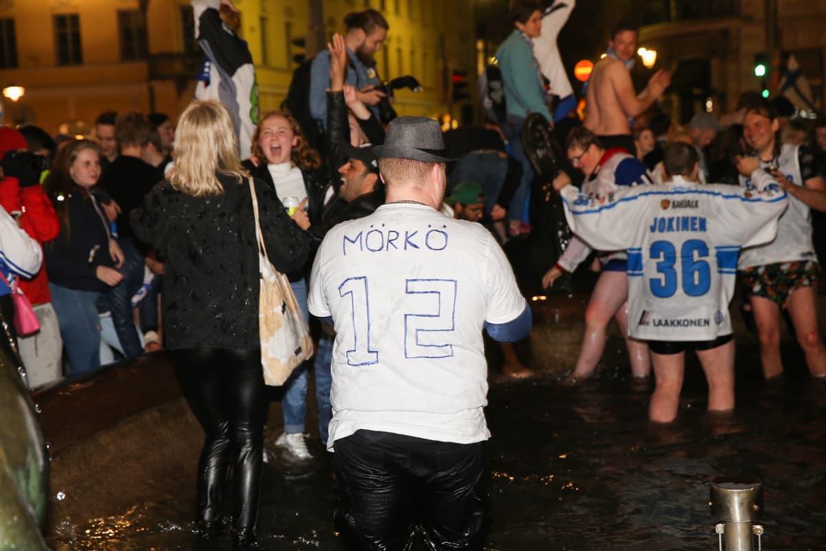 Suomalaiset juhlivat Havis Amandalla Helsingissä maailmamestaruutta.