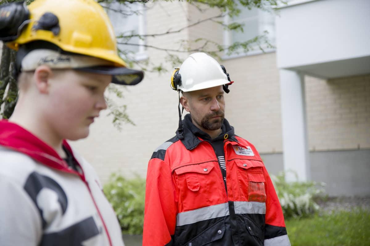 Erityisopettaja Mikko Kainulainen (oik.). Etualalla tet-harjoittelija Petri Mönttinen.