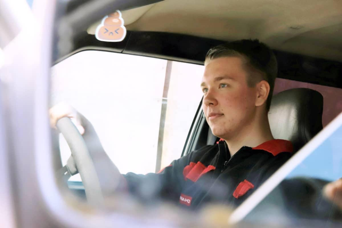 Vastavalmistuneen ajoneuvoasentaja Nico Klausin kesä kuluu autoja korjaillessa.