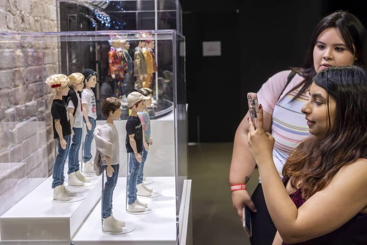 Ihailijat kuvaavat myynnissä olevaa BTS -fanitavaraa New Yorkissa.