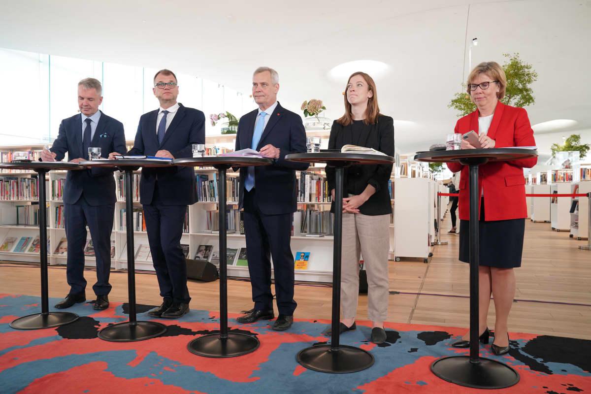 Hallitusinfossa vasemmalta  Pekka Haavisto, Juha Sipilä, Antti Rinne, Li Andersson ja Anna-Maja Henriksson.