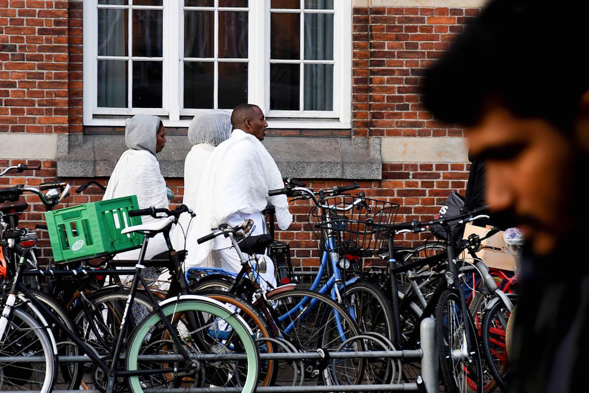 Maahanmuuttajia kävelee kohti Kööpenhaminan päärautatieasemaa.