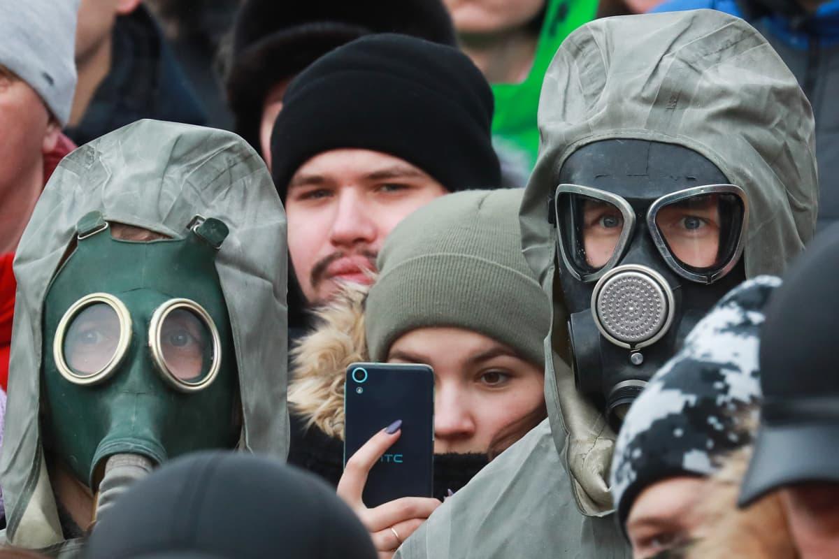 Ihmiset osoittavat mieltään Yadrovo kaatopaikan sulkemiseksi.
