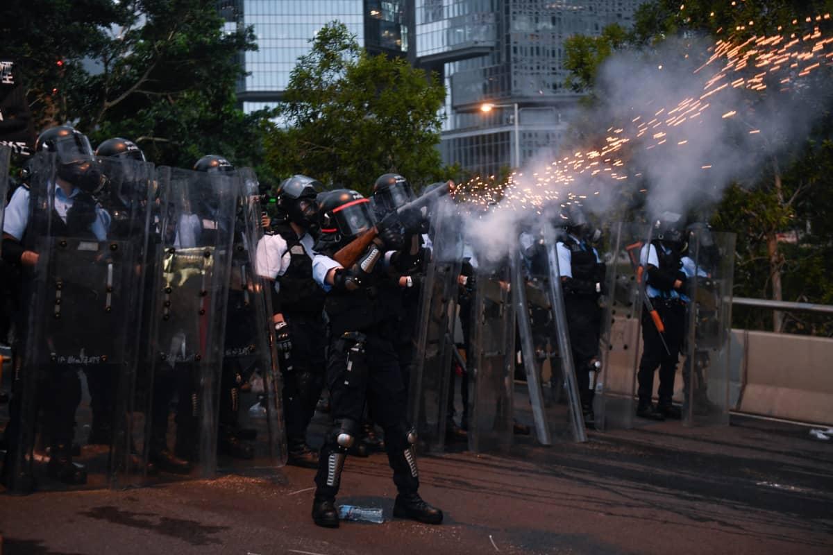 Poliisi ampui kyynelkaasua mielenosoittajia kohti 12. kesäkuuta Hongkongissa.