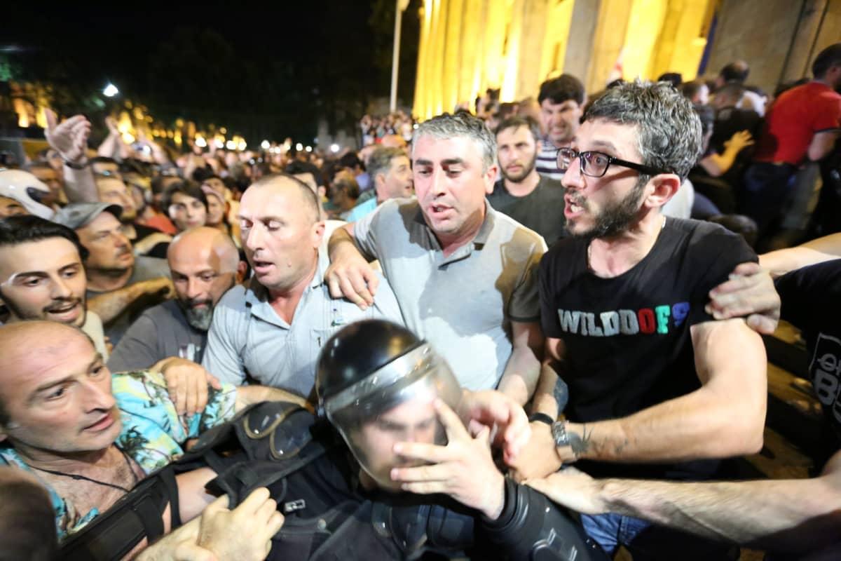 Mielenosoittajat ja poliisi ottivat yhteen parlamenttitalon ulkopuolella.