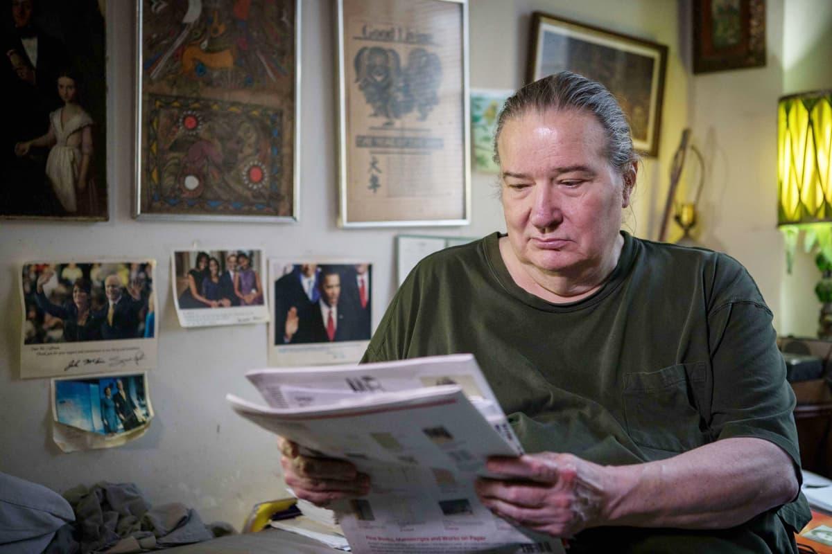 """Robert """"Bert"""" Coffman lukee sanomalehteä."""