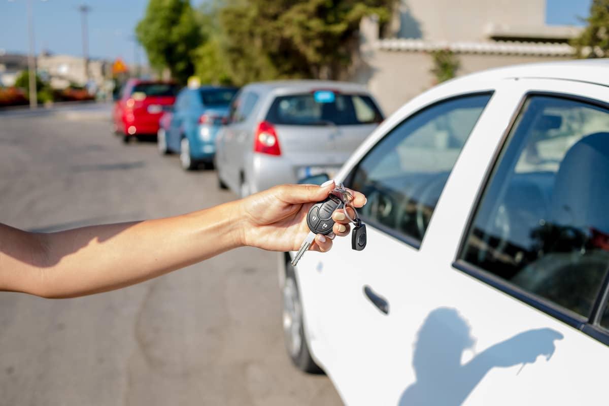 Vuokra-auton avaimet naisen kädessä.
