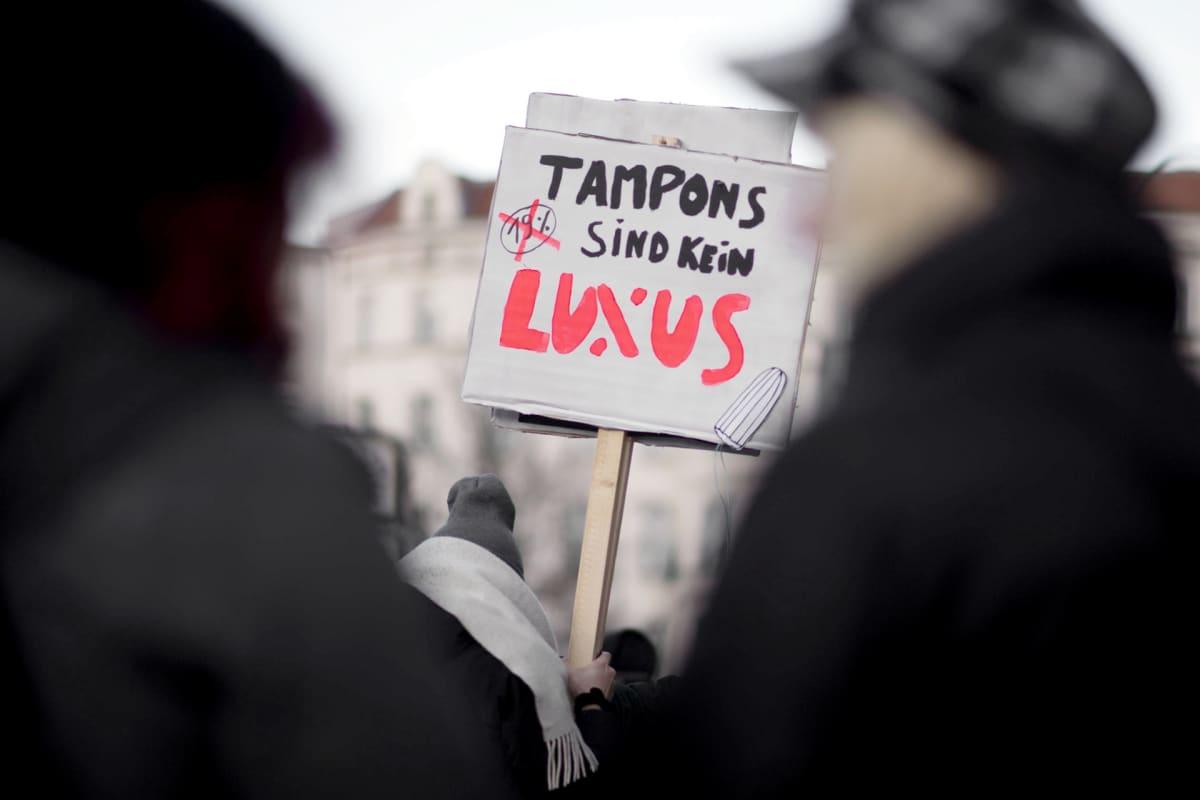 Tamponien verotusta vastustava mielensoitus Saksassa.