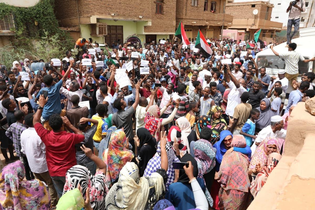 Protestoijat heiluttivat Sudanin lippuja, tekivät voitonmerkkejä ja vaativat vallan siirtämistä siviilihallinnolle huudoilla.