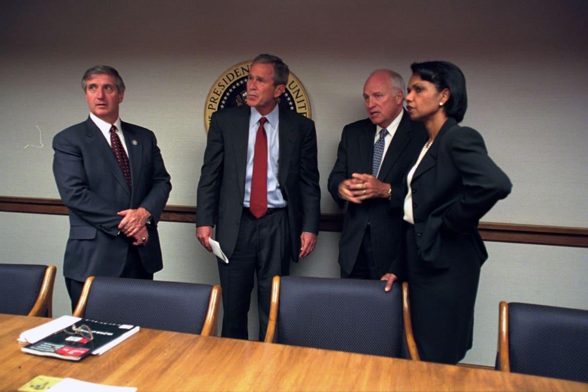 Presidentti George W. Bush, varapresidentti Dick Cheney ja turvallisuusneuvonantaja Condoleezza Rice Valkoisessa talossa 11. syyskuuta 2001.
