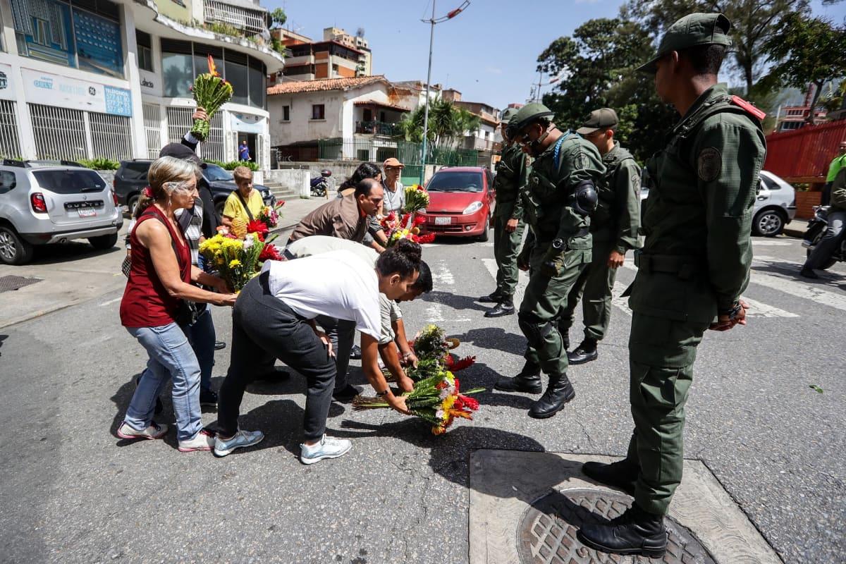 Ihmiset toivat kuolleen kapteenin muistoksi kukkia merivoimien päämajan edustalle Caracasissa tiistaina. Merivoimien kapteeni Rafael Acosta Arévalo kuoli kesäkuun lopussa. Perheen mukaan häntä kidutettiin epäiltynä osallisuudesta vallankaappausyritykseen.
