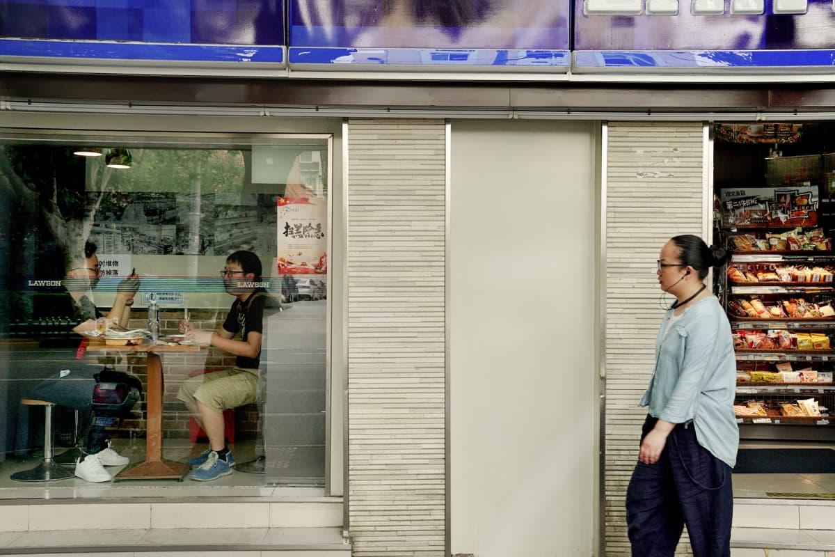 Kiinalaiskaupungeissa lounas syödään usein nopeasti ulkona tai tilataan toimistolle. Roskaa syntyy runsaasti.