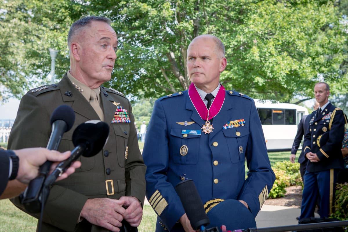 Yhdysvaltain aselajineuvoston puheenjohtaja Joseph F. Dunford kiitti puolustusvoimain komentaja Jarmo Lindbergiä pitkästä yhteistyöstä.