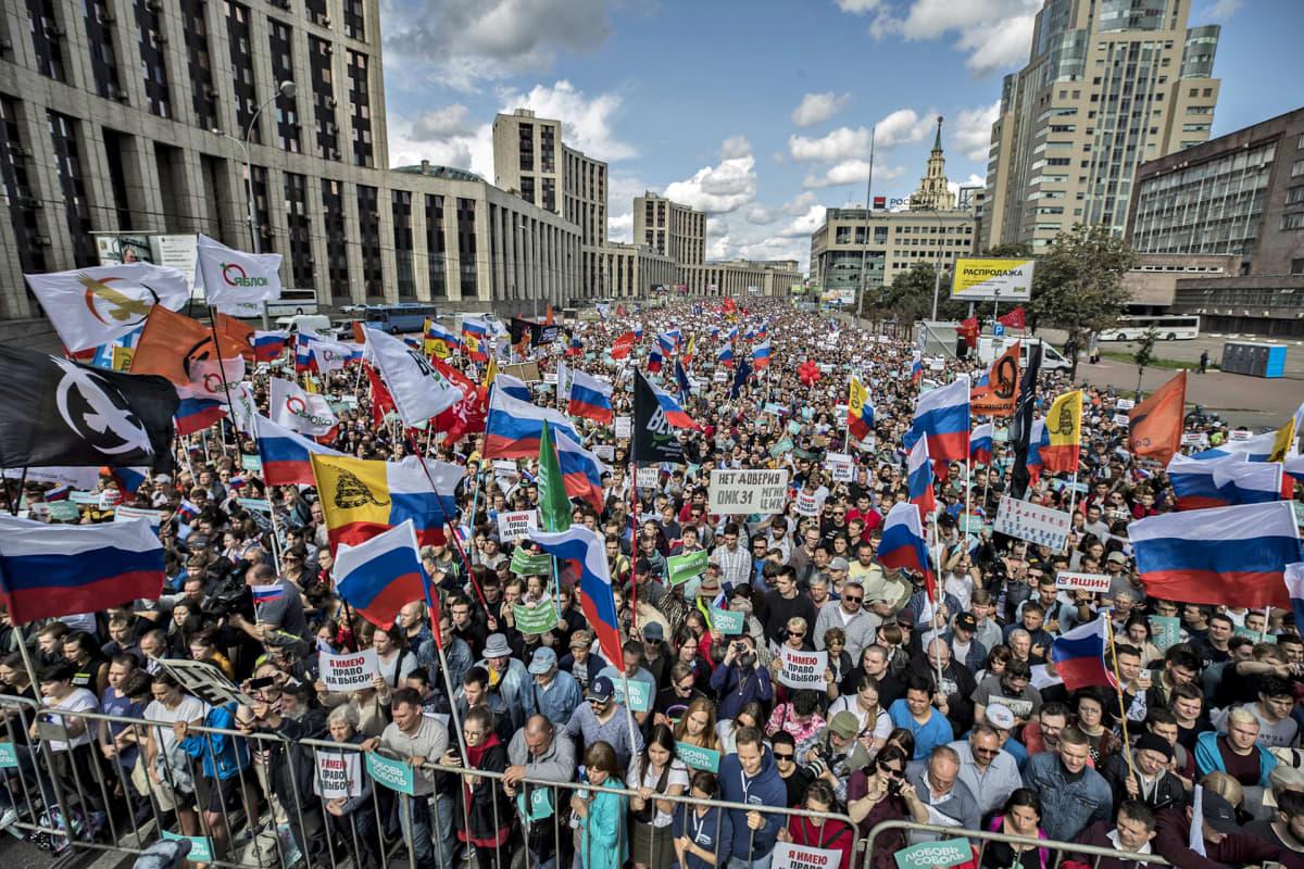 Tuhannet ihmiset vaativat lauantaina Moskovassa oppositon ehdokkaille pääsyä syyskuun paikallisvaaleihin.
