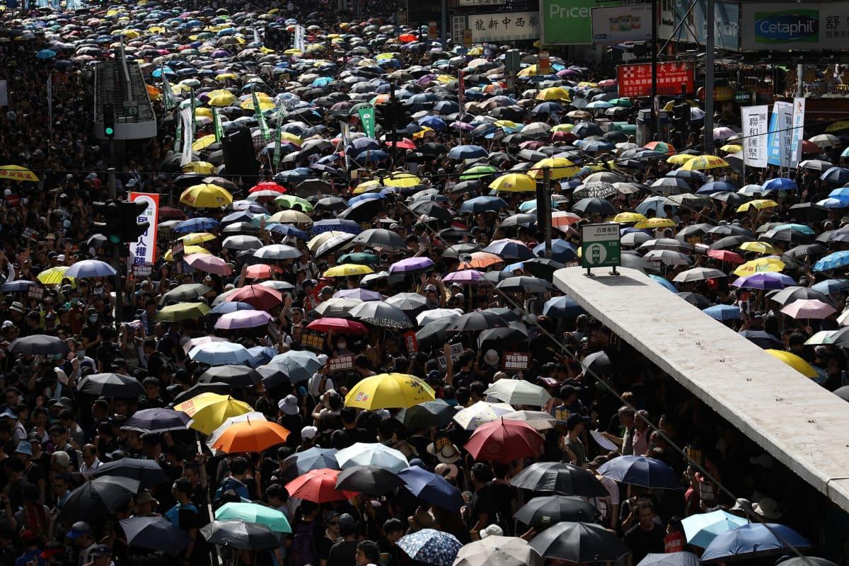 Hallinnonvastaiset protestoijat täyttivät Hongkongin kadut lauantaina.