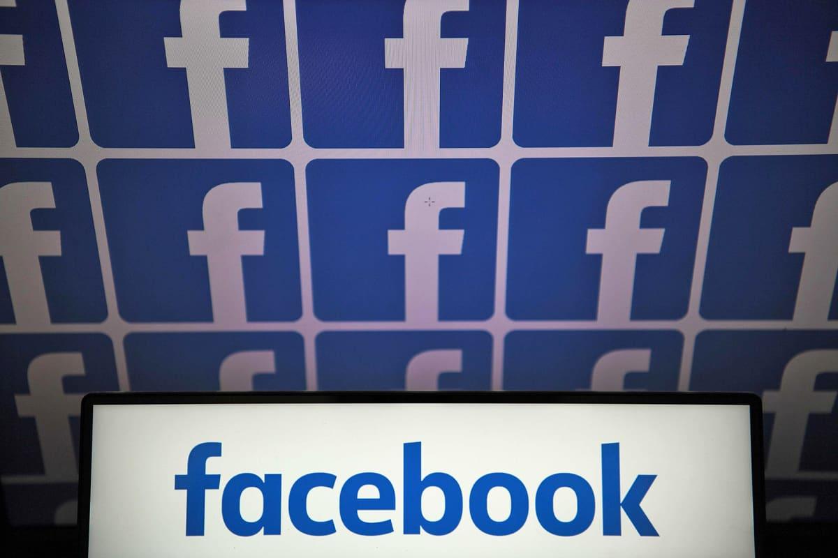 Facebookin logoja näytöllä.