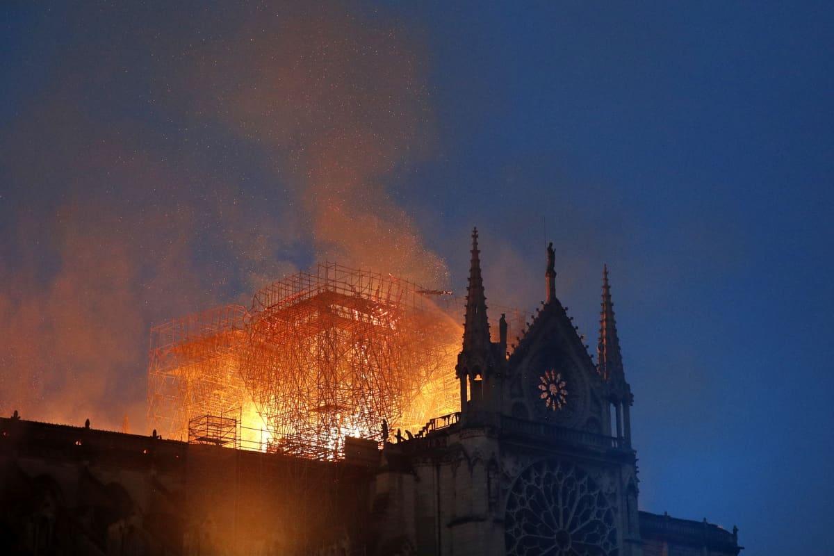 Liekit tuhosivat pahoin Notre Damen kattoa 15. huhtikuuta syttyneessä tulipalossa.