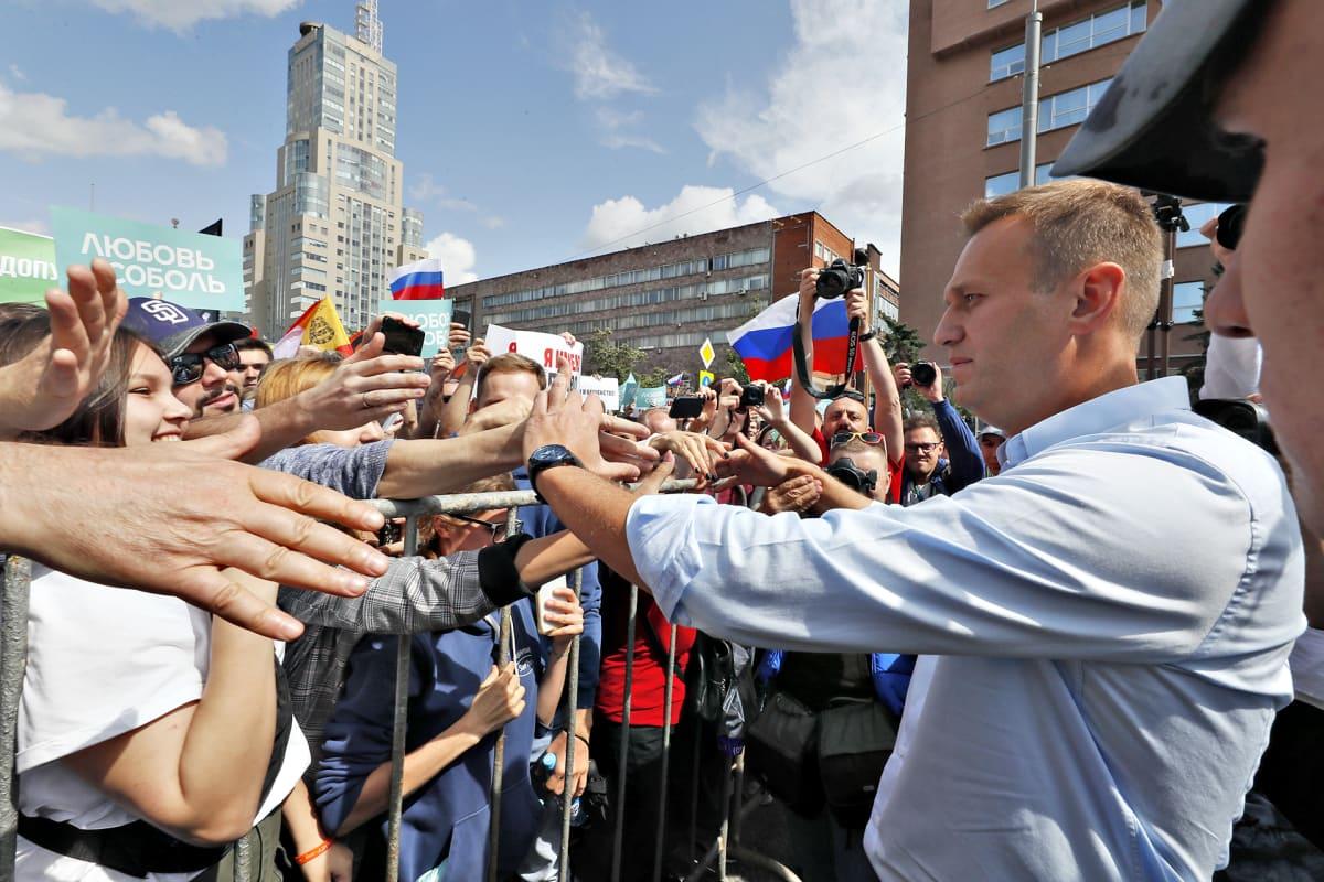 Aleksei Navalnyi tervehti mielenosoittajia lauantaina 20. heinäkuuta 2019 Moskovassa.