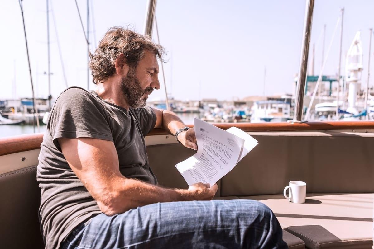Pelastusjärjestön perustaja Oscar Camps syventyy saamiinsa papereihin. Espanjan valtio uhkaa Open Armsia 900 000 euron sakoilla, mikäli järjestö jatkaa pelastustoimintaa Välimerellä.